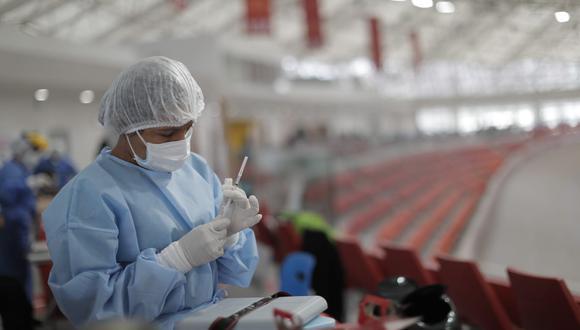 Segunda dosis contra el COVID-19 ayudará a frenar avance de variante Delta, indica el ministro de Salud. (Foto. Minsa)