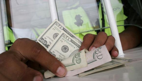 En el mercado paralelo o casas de cambio de Lima, el tipo de cambio se cotizaba a S/ 3.930 la compra y S/ 3.960 la venta de cada billete verde. (Foto: GEC)