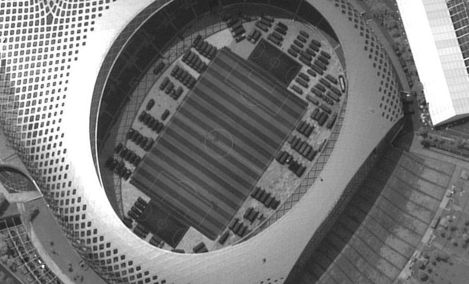 Las imágenes reunidas el lunes por Maxar's WorldView muestran 500 vehículos o más dentro y en torno al estadio de fútbol Shenzhen Bay.