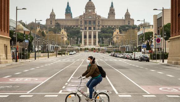 El estudio determina que se debe mantener una distancia de diez metros al correr o ir lento en bicicleta y de al menos veinte metros al ir rápido en bicicleta. (Foto: EFE)