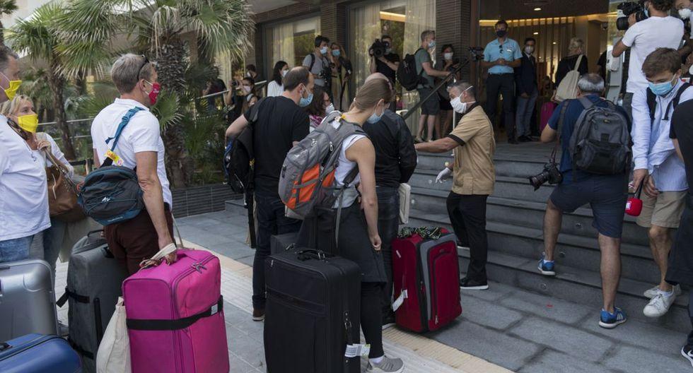 FOTO 1 | Reactivando el sector turístico Esta semana han comenzado a llegar a Mallorca los turistas alemanes del plan piloto del Gobierno. La prueba solo durará una semana después de que se haya adelantado al 21 de junio la fecha de la apertura de fronteras en todo el territorio nacional. Una medida que busca reactivar el sector turístico, aunque no tan contundente como las que se están haciendo en otros países, donde directamente pagan y ofrecen descuentos a los extranjeros. (Foto: Joan Armengual / VIEWpress / Getty Images).