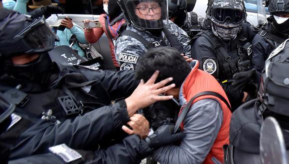 El periodista Carlos Quisbert, del diario paceño Página Siete, es detenido por policías tras cubrir un enfrentamiento entre cocaleros afines y contrarios al Gobierno, en La Paz (Bolivia). (Foto: EFE)