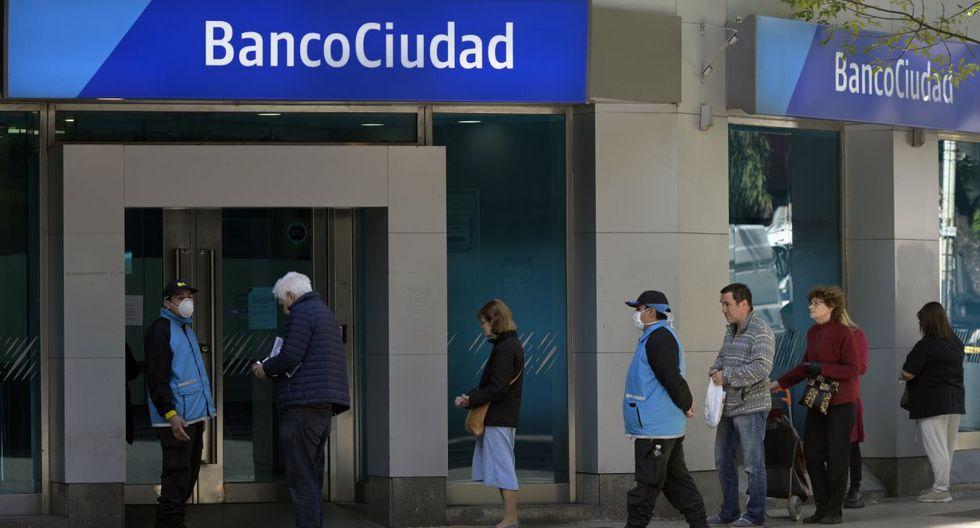 Largas filas de jubilados y beneficiarios de la seguridad social se formaron este viernes frente a los bancos en Argentina, en el primer día de atención pública exclusivo desde que el 20 de marzo se decretó el aislamiento social obligatorio. (JUAN MABROMATA / AFP).
