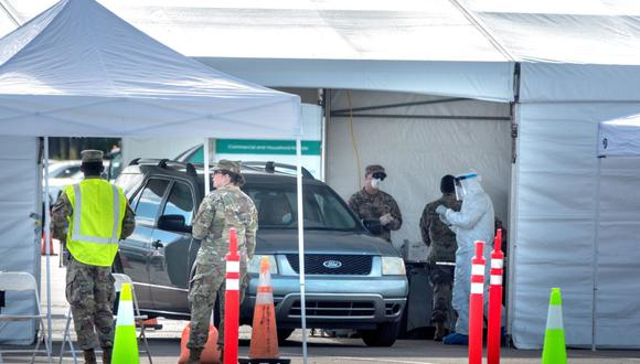 Miami (United States), 23/03/2020.- Florida Army National Guard's members conduct nasal swabs and coronavirus tests at the testing location at Hard Rock Cafe Miami's Super Bowl stadium's parking lot in Miami, Florida, USA, 23 March 2020. (Estados Unidos) EFE/EPA/CRISTOBAL HERRERA