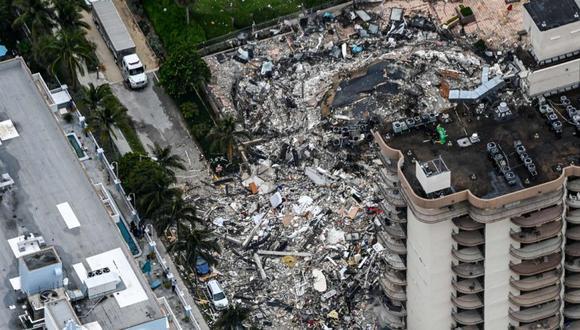 Esta vista aérea muestra al personal de búsqueda y rescate trabajando en el lugar después del colapso parcial de Champlain Towers South en Surfside, al norte de Miami (Foto: AFP)