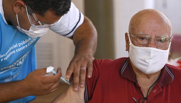 Un trabajador de salud aplica una dosis de la vacuna Sputnik V contra COVID-19 a un anciano en Ezeiza, a las afueras de Buenos Aires (Argentina). (JUAN MABROMATA / AFP).