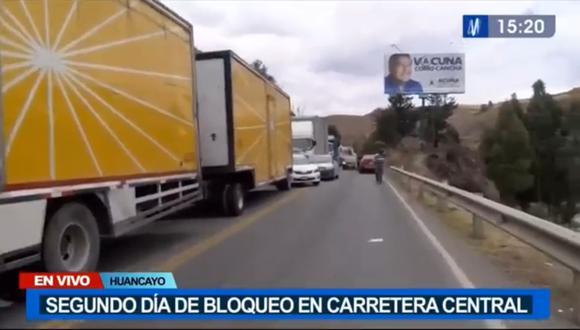 Vehículos de carga pesada y autos particulares varados en la Carretera Central. (Foto: captura | Canal N)