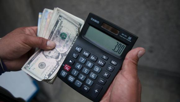 En el mercado paralelo o casas de cambio de Lima, el tipo de cambio se cotiza a S/ 3.885 la compra y S/ 3.930 la venta de cada billete verde. (Foto: Eduardo Cavero / GEC)