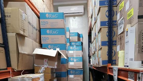 Además, se encontraron cajas de medicamentos apiladas sobre el piso (sin contar con las debidas parihuelas de soporte). (Foto: Contraloría)