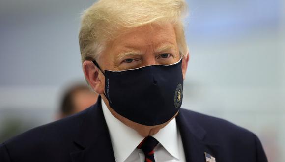El presidente de Estados Unidos, Donald Trump, usa una mascarilla protectora contra el coronavirus durante un recorrido por el Centro de Innovación de Fujifilm Diosynth Biotechnologies en Morrisville, Carolina del Norte, el 27 de julio de 2020. (REUTERS/Carlos Barria).