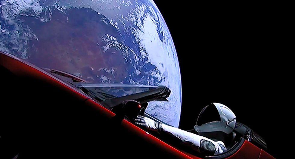 FOTO 1   El despegue del cohete es parte del proyecto de la empresa Space X, de Elon Musk, que aspira a ofrecer viajes privados a la Luna y Marte. Para esta prueba, el magnate de origen sudafricano envió como carga un auto eléctrico modelo Roadster, de su empresa Tesla, con un maniquí a bordo. En la foto el muñeco aparece en el auto junto a la lejana vista de la Tierra.
