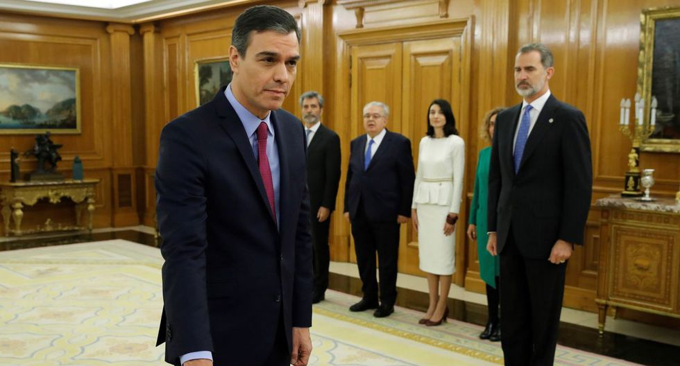 El primer ministro reelegido de España, el socialista Pedro Sánchez, prestó juramento ante el rey Felipe VI, durante una ceremonia de juramentación en el Palacio de la Zarzuela en Madrid el 8 de enero. (AFP)