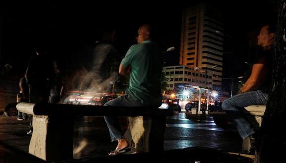 """FOTO 7   Desde una plaza del este de la ciudad y tras un recorrido por algunas calles, Guaidó responsabilizó al gobierno por el apagón y dijo en un video que difundió en su cuenta de Twitter que """"solamente la corrupción, el desastre, es lo que ha causado esta situación. (Foto: AFP)"""