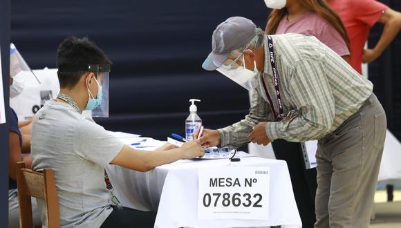 La ONPE ha dispuesto un horario escalonado para que los ciudadanos acudan a diferentes horas y eviten aglomeraciones durante la segunda vuelta de las Elecciones 2021. (Foto: Jéssica Vicente/ GEC)