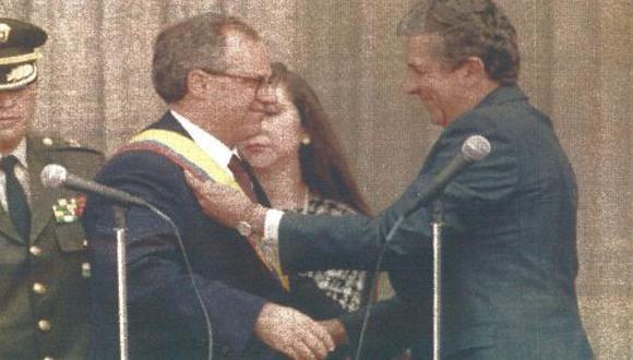El nuevo mandatario de Colombia, Ernesto Samper, recibe la banda presidencial del titular del Congreso, Juan Guillermo Ángel, durante la ceremonia de asunción del mando cumplida ayer (foto Reuter)