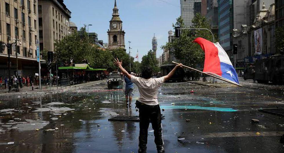Piñera busca frenar las multitudinarias protestas con un paquete de medidas sociales de mejoras leves. (Foto: AP)