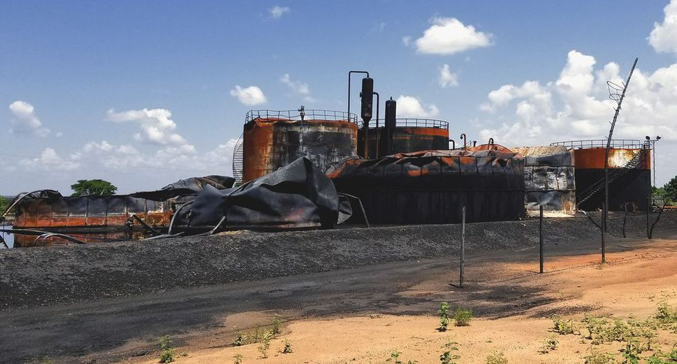 El desmoronamiento de la industria petrolera venezolana tras una mala gestión épica de los presidentes Nicolás Maduro y Hugo Chávez, exacerbado por severas sanciones estadounidenses, causó la crisis generalizada en el país.