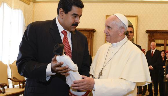 Papa Francisco en una reunión con el ahora ilegítimo presidente de Venezuela, Nicolás Maduro. (Foto: AFP)