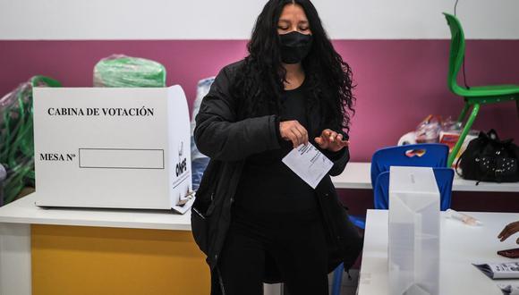 Una mujer deposita su voto en uno de los puestos electorales dispuestos para las elecciones del Perú en Buenos Aires, Argentina. (EFE/ Juan Ignacio Roncoroni).