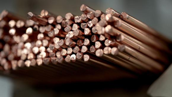 Las existencias de cobre en los almacenes aprobados por la LME cayeron 6,325 toneladas. (Foto: AFP)