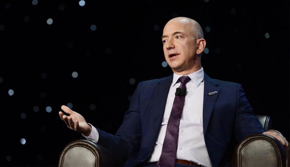 FOTO 1 | Jeff Bezos lleva dos pizzas ¿Cuál es la estrategia de Jeff Bezos para mantener las juntas bajo control? Compra dos pizzas. Si estas no alcanzan para alimentar cómodamente a los asistentes a la reunión, entonces hay demasiadas personas en la sala. Esto podría hacer que la asamblea se alargue sin parar y sofoque la creatividad. Para evitar pensar en grupo y alimentar ideas independientes (literalmente), Bezos mantiene las reuniones de Amazon solo con un puñado de personas. (Foto: Getty)