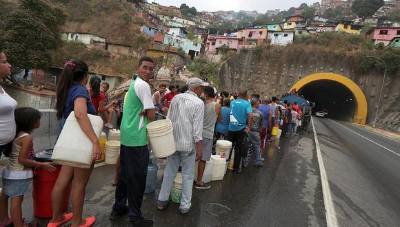 Los apagones afectan el bombeo de agua en Venezuela. Ante el anuncio de interrupciones del servicio, los venezolanos vienen almacenando agua en bidones, tanques y otros recipientes para afrontar la crisis. (Foto: Reuters)