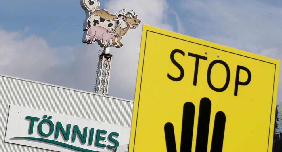 Vista del logotipo de la empresa alemana de procesamiento de carne Tönnies en Rheda-Wiedenbrück. (EFE/EPA/FRIEDEMANN VOGEL).