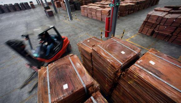 Imagen de archivo de un trabajador cargando cátodos de cobre en un almacén cerca del puerto de aguas profundas de Yangshan, al sur de Shanghái, China. 23 marzo 2012. REUTERS/Carlos Barria