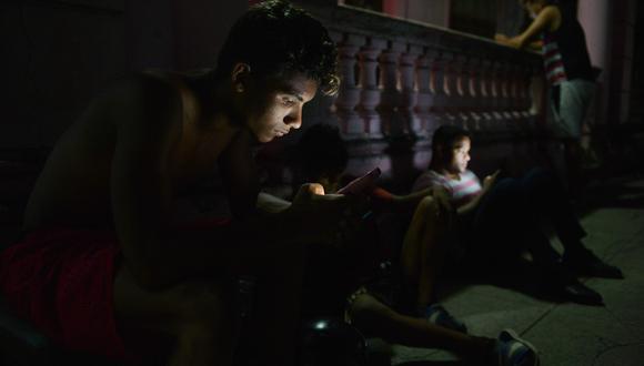 Las telecomunicaciones en Cuba dependen por completo del monopolio estatal Etecsa, que hasta hace dos años y medio comenzó a ofrecer el servicio de datos en los teléfonos celulares. (Foto: AFP)