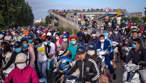 Decenas de personas se dirigen al trabajo en autobuses y motocicletas en el Parque Industrial Van Trung en el distrito de Viet Yen, provincia de Bac Giang, Vietnam. (Foto: Linh Pham/Bloomberg)