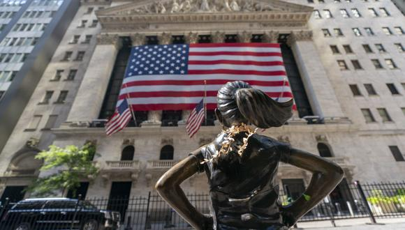 El auge de plataformas para pequeños inversores como Robinhood y la negociación minorista remodelan los mercados. En la imagen, la fachada de la Bolsa de Nueva York. (AP Photo/Mary Altaffer)