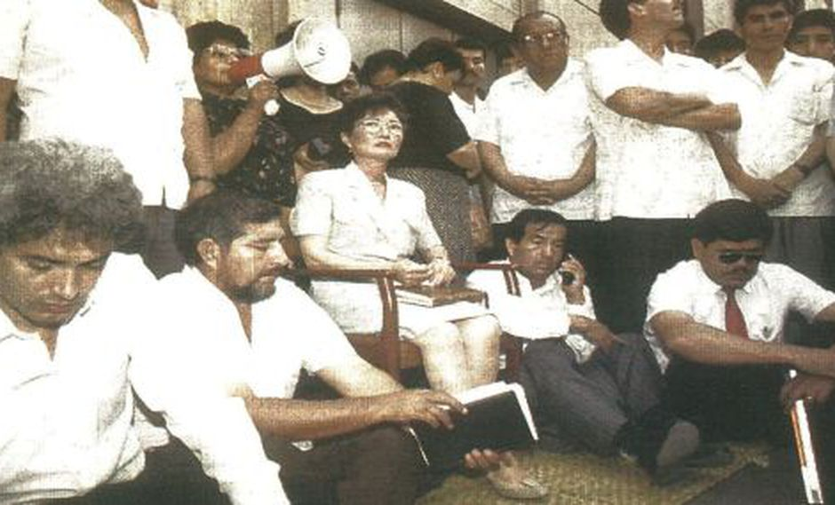 Susana Higuchi inició ayer una huelga de hambre ante el local del JNE en protesta por la decisión de este organismo de declarar improcedente la inscripción de su lista.