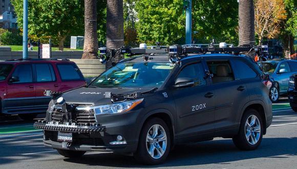 Un auto robot de Zoox en plena prueba en las calles. Foto: Andrej Sokolow/picture alliance via Getty Images