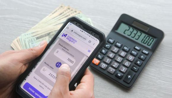 Actualmente, cambiar o vender dólares puede hacerse echando mano del Internet. Los bancos y las fintech se han convertido en una interesante opción para ello. (Foto: Andina)