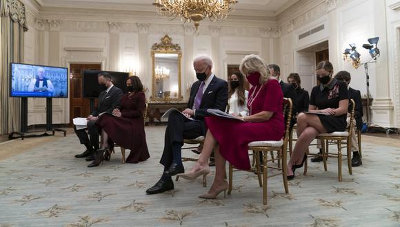 Izquierda a derecha, Doug Emhoff, vicepresidenta Kamala Harris, presidente Joe Biden y primera dama Jill Biden asisten a un oficio de oración en la Casa Blanca, Washington, 21 de enero de 2021. (Foto: AP/Alex Brandon)