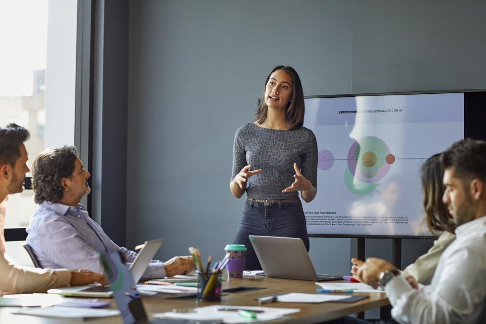 """1. Diles a tus empleados que pueden ser más listos… y lo serán. Reparte a tu equipo un newsletter o una hoja con consejos para crecer la inteligencia. Nunca motivarás a tu equipo diciéndoles que no pueden. En el libro """"Lo que los mejores estudiantes universitarios hacen"""" (What the Best College Students Do), Ken Bain dirigió un estudio que descubrió que las personas más creativas y exitosas tienen la creencia de que la inteligencia es expandible.  (Foto: iStock)"""