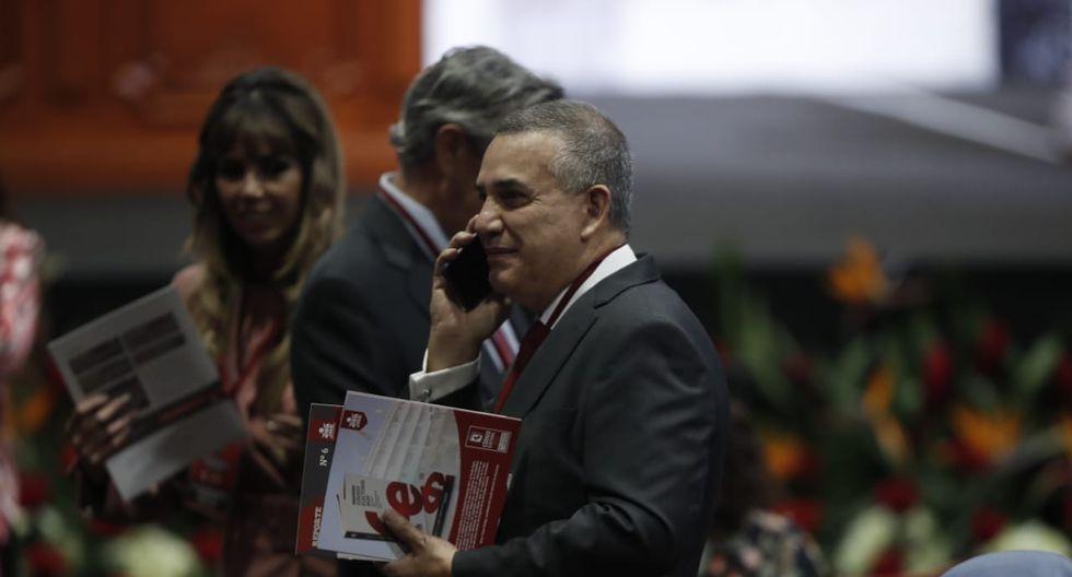 El congresista electo Daniel Urresti espera el inicio de la ceremonia de entrega de credenciales. (Foto: César Campos / GEC)