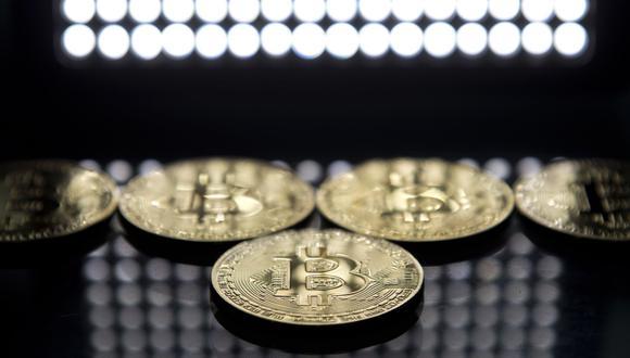 Foto 2   Asbanc advierte riesgos de invertir en criptomonedas. Los precios de las monedas virtuales o criptomonedas, como el bitcoin, tienen una altísima volatilidad, señaló la Asociación de Bancos (Asbanc). Así, esta volatilidad está siendo impulsada por las regulaciones impuestas en algunos países para limitar la expansión y uso de criptomonedas, como en el caso de China, que prohibió las emisiones de ICO (oferta inicial de criptomonedas), i ndicó A sba nc. Además, los comentariosnegativos de personas influyentes generan fuertes caídas en los precios de estos activos, señaló el gremio bancario. 70% retrocedió el precio del bitcoin, entre el 17 de diciembre del 2017 y el 4 de febrero del 2018, al pasar de los US$ 19,926 (máximo histórico) a los US$ 6,111. El bitcoin cotizó ayer en US$ 9,915 (Foto: Andina).