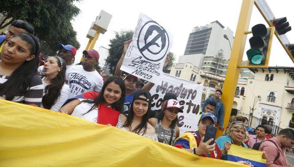 Los venezolanos llegaron con carteles y banderas para protestar contra Nicolás Maduro. (Mario Zapata/Grupo El Comercio)