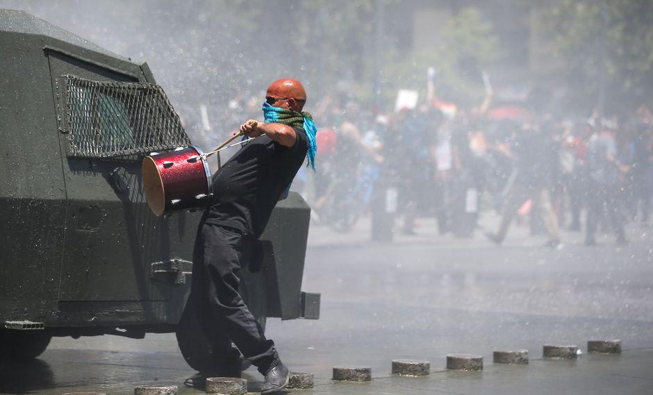 La policía de Chile trata de dispersar una manifestación en el centro de Santiago. (REUTERS/Ivan Alvarado).