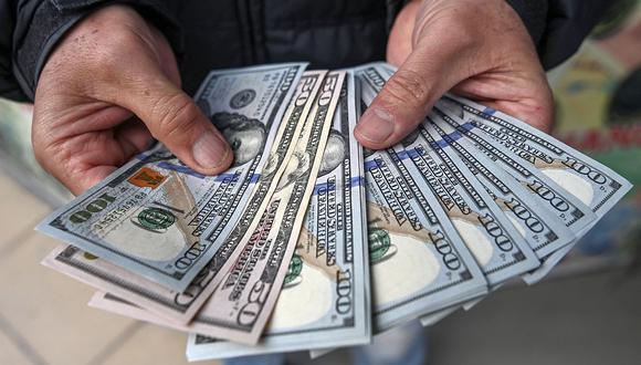 En el mercado paralelo o casas de cambio de Lima, el tipo de cambio se cotizaba a S/ 3.805 la compra y S/ 3.835 la venta de cada billete verde. (Foto: AFP)
