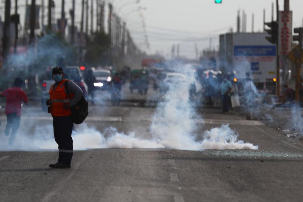 En el contexto del paro nacional de los transportistas de carga, los agentes de la Policía Nacional procedieron a despejar a los manifestantes que se ubicaron en el kilómetro 15 de la Carretera Central, a la altura de Ate. (Foto: Hugo Curotto / @photo.gec)