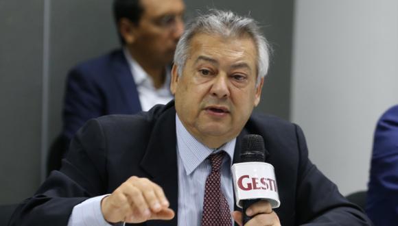 Fernando Carbone entregó este jueves el informe sobre el caso 'Vacunagate' al ministro de Salud, Óscar Ugarte. (Foto: GEC)