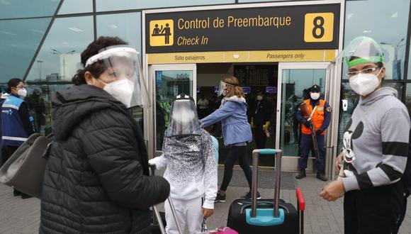 Gobierno dispone nuevas medidas en aeropuertos del país para mitigar el avance de la pandemia en plena segunda ola por COVID-19. Foto: EFE/ Paolo Aguilar