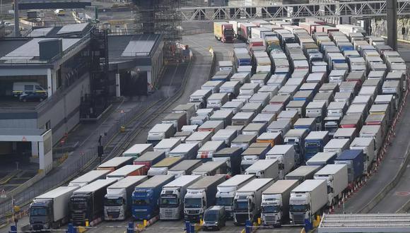Los camiones de carga hacen cola para entrar en el puerto de Dover en la costa sur de Inglaterra, el 10 de diciembre de 2020. (Foto: AFP)