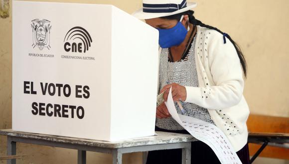 Una mujer campesina de Cuenca emite su voto en el colegio Fausto Molina durante las elecciones presidenciales de 2021, en Cuenca, Ecuador. (AFP/Cristina Vega RHOR).