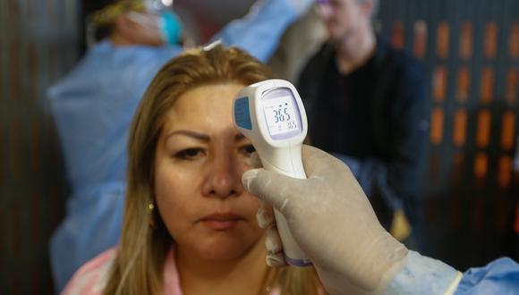 Personal de salud inició el cerco epidemiológico para realizar la toma de muestras a la familia de las contagiadas para evitar la propagación de la enfermedad en San Martín. (Foto: Minsa)