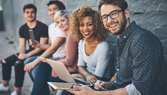 """FOTO 2   2. Haga que los """"jóvenes"""" sean parte de su marca  Todas las empresas quieren conectarse con los jóvenes, las personas que finalmente decidirán y liderarán la identificación y lealtad de marca global en las próximas décadas. Con acceso en línea ilimitado a noticias y eventos actuales, los jóvenes son más conscientes socialmente —y más comprometidos socialmente— que nunca antes. Las empresas que encuentren nuevas formas innovadoras de aprovechar este grupo demográfico y su espíritu de ciudadanía global tendrán una clara ventaja sobre aquellos que ignoren esta oportunidad. (Foto: iStock)"""