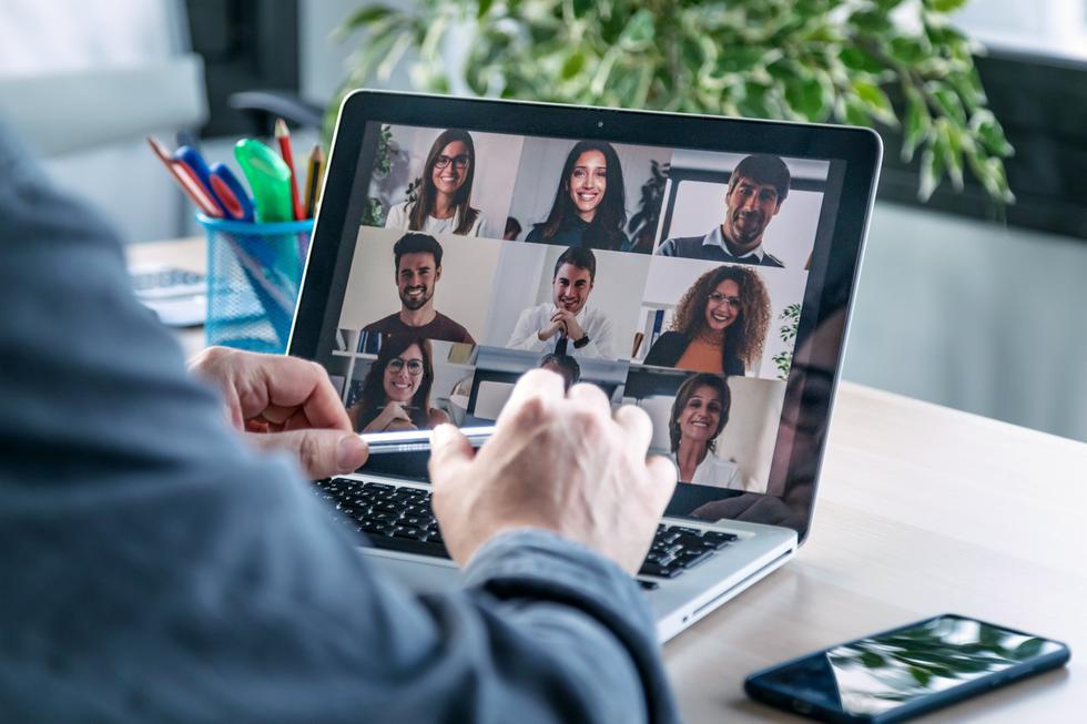 """""""Comunícate con tus empleados a través de varios canales y crea momento de conexión"""", explica Roslansky en este sentido. Este punto puede ser bastante complicado en un momento como este, cuando el teletrabajo está a la orden del día. Por eso, el CEO de LinkedIn recomienda utilizar alguna herramienta para hacer encuestas entre los empleados y conocer sus opiniones y poder destinar más recursos a los aspectos que puedan estar fallando. (Foto: iStock)"""