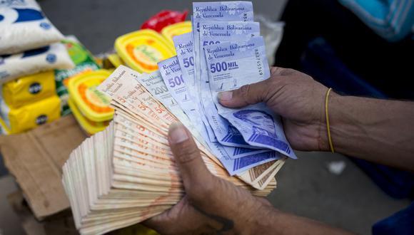 Desde 2017, los venezolanos han luchado contra la hiperinflación. A pesar de que los aumentos de precios desaceleraron este año, siguen siendo sensibles a la volatilidad del tipo de cambio.  (Foto: AFP)